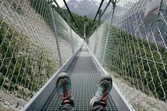 a moment of calm (Toni_V) Tags: m2408361 rangefinder digitalrangefinder messsucher leicam leica mp typ240 type240 28mm elmaritm12828asph hiking wanderung randonnée escursione europaweg grächenzermatt suspensionbridge hängebrücke charleskuonensuspensionbridge wallis valais alps alpen mattertal switzerland schweiz suisse svizzera svizra europe bridge perspective dof bokeh me selfie scarpa gitterrost randa analogefexpro2 niksoftware ©toniv 2018 180714