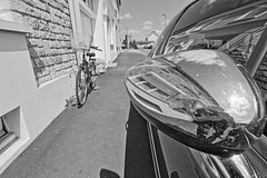 Gauche (Tonton Gilles) Tags: alençon normandie hdr rue denis papin noir et blanc reflets rétroviseur autoportrait nuages soleil paysage urbain vélo