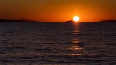 Quelque part entre l'ïle de Paros et Santorin Le soleil levant enflamme le ciel et la mer .... (liofoto) Tags: sunrise sun seascape colors grèce santorin paros reflets reflections