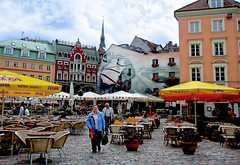 An interesting square in Riga (Anavicor) Tags: plaza square edificios artemoderno pop gente terraza cafeteria riga letonia latvia anavillar anavicor villarcorreroana cielo nube cloud olympus