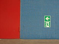 Da lang! (onnola) Tags: berlin deutschland germany gwb guesswhereberlin schild sign ausgang notausgang exit emergencyexit pfeil kacheln tiles mosaik mosaic tür door rot blau grün red blue green ubahnhof ubahn charlottenburg u7 richardwagnerplatz rümmler