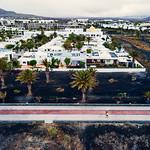 Couple walking beside the resort city in Canary Islands / Paare, die neben der Urlaubsstadt in Kanarischen Inseln gehen thumbnail