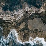 Ocean waves breaking on the cliffy coast / Ozeanwellen, die auf die cliffy Küste brechen thumbnail