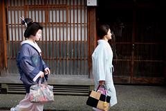 Geisha, Kanazawa (joeychiu) Tags: 金沢 芸妓 芸子 芸者 geisha geiko geigi kanazawa ひがし茶屋街 fujifilm xt10 35mmf2 joeychiu evaair street