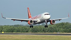 G-EZOI (AnDyMHoLdEn) Tags: easyjet a320 egcc airport manchester manchesterairport 05r