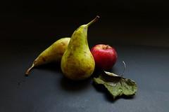 Una manzana y dos peras.......  - 64vp (valorphoto.1) Tags: selecciónvp fruta peras manzana hoja color fondo oscuro fujifilm natural composición vegetales naturalezasmuertas stilllife photodgv