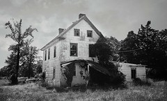 DBS-37005 (David Swift Photography) Tags: davidswiftphotography newjersey eggharbortownshipnj atlanticcountynj scullvillenj abandoned abandonedhouses ruraldecay neglected 35mm ilfordxp2 nikonfm2