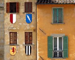 Arezzo (Jolivillage) Tags: jolivillage ville town città arezzo toscane tuscany toscana italie italia italy europa fenêtres finestre windows façade jaune gialla yellow old picturesque geotagged europe