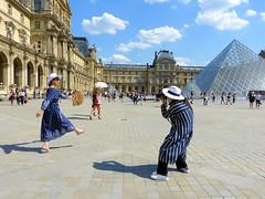 Photo souvenir (Raymonde Contensous) Tags: paris streetlife louvre pyramidedulouvre