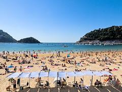 ... La Concha ... (Lanpernas .) Tags: playa laconcha lakontxa beach toldos gente verano summer bahía donostia veraneo turismo 2018 postal