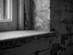 Textures (CTfoto2013) Tags: noiretblanc bn nb blackandwhite monochrome window fenetre texture ombre lumiere light shadows briques bricks old vieux decrepit detail lumix gx8 panasonic massmoca northadams massachussets art mur wall