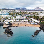 Aerial view of resort city from the ocean / Vogelperspektive der Urlaubsstadt vom Ozean thumbnail