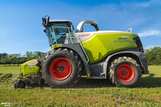 New CLAAS JAGUAR 960 forage harvester (type 498) with new CLAAS PICK UP 300 header
