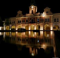 Rathaus Melnik am Abend (swordsweeper) Tags: melnik böhmen kleinstadt brunnen spiegelung czechrepublic tschechien tschechischerepublik
