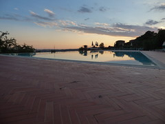 Park Hotel Le Fonti in Volterra - swimming pool at sunset (ell brown) Tags: volterra italy italia tuscany toscana pisa walledmountaintoptown velathri vlathri volaterrae ancientetruscans romans villanovanculture parkhotellefonti viadifontecorrenti sunset tree trees swimmingpool provinceofpisa