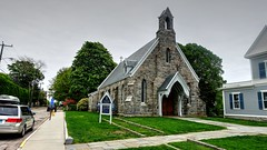 Calvary Episcopal Church, Stonington (Raúl Alejandro Rodríguez) Tags: iglesia church episcopal piedra stone árboles trees calle street calvario calvary stonington connecticut co usa vereda sidewalk plantas plants flores flowers