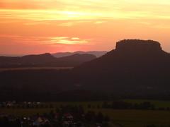 Sonnenuntergang (isajachevalier) Tags: sonnenuntergang sächsischeschweiz elbsandsteingebirge landschaft sachsen abend abendstimmung abendrot lilienstein panasonicdmcfz150