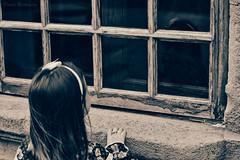 Reflejo de Ángel (David Rodríguez Suárez) Tags: canarias niña ventana chocolate canon fotografia foto familia reflejo calle cristal amor islascanarias mirada sepia blancoynegro bw blanco davidrodriguez