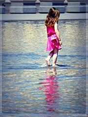 Fillette rousse au miroir d'eau (bleumarie) Tags: bordeaux17au21mai2018 centreville grandeville mai2018 mariebousquet photomariebousquet printemps2018 sudouestdelafrance aquitaine bleumarie bordeaux france gironde mai printemps sudouest urbain ville fabuleuse