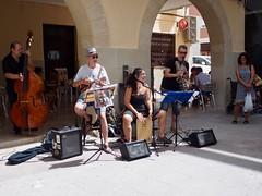 MUSICOS EN EL RAVAL ELCHE (jryomismo) Tags: músicos raval elche clarinete cantante contrabajo sombrero micrófono rojo negro