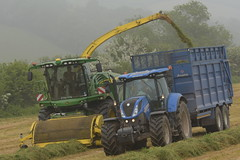 John Deere 8600 SPFH filling a Broughan Engineering Mega HiSpeed Trailer drawn by a New Holland T7.210 Tractor (Shane Casey CK25) Tags: john deere 8600 spfh filling broughan engineering mega hispeed trailer drawn new holland t7210 tractor cnh nh blue green jd kinsale newholland traktor traktori trekker tracteur trator ciągnik silage silage18 silage2018 grass grass18 grass2018 winter feed fodder county cork ireland irish farm farmer farming agri agriculture contractor field ground soil earth cows cattle work working horse power horsepower hp pull pulling cut cutting crop lifting machine machinery nikon d7200 self propelled forage harvester chopper
