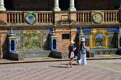 Paseando entre Santander y Segovia (encantadissima) Tags: siviglia andalusia spagna sevilla plazadeespana turiste ceramica sole ombra