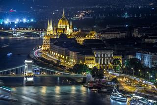 BUDAPEST les quais sur le Danube - le parlement , le pont de chaine