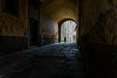 ENCONTRANDO LA LUZ (bacasr) Tags: plasencia extremadura españa pasaje tunel arco arch spain oscuridad darkness callejón lane passageway alley
