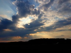 Die Sonnenstrahlen zeigen sich kurz vorm Sonnenuntergang. The sun's rays show up just before sunset. (st.klaus612) Tags: landschaft landscape sonnenstahlen sunrays sunbeams wolken clouds sonne sun bayern bavaria deutschland germania germany allemagne silhouette oberpfalz upperpalatinate