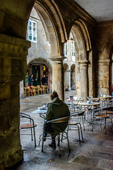 Bajo el Soportal / Under the Arcade (López Pablo) Tags: arcade people santiago compostela coffe table chair city urban wayofsaintjames nikon d7200 galicia spain