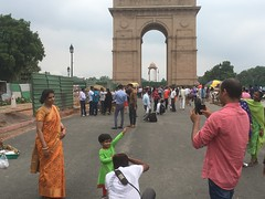 A photo family! A father capture her daughter' photo moment at India gate Delhi, India. #india #delhi #photography #streetphotography #photostory (patidar.som) Tags: india delhi photography streetphotography photostory