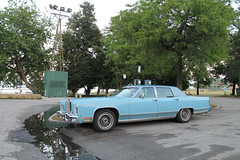 Leisure (Flint Foto Factory) Tags: chicago illinois urban city summer july 2018 north rogerspark leone beach park lakemichigan lake pm evening dusk 1222 wtouhyave touhy sheridan intersection 1978 1979 lincoln continental town car baby blue billyjoel still rock roll tome classic vintage american luxury auto automobile fullsize fomoco ford front threequarter view chrome class