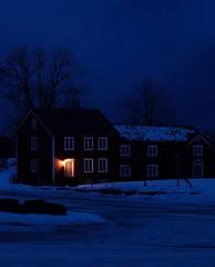 Une lueur dans la nuit bleue (Marmad31) Tags: norvège neige chalet poselongue nuit bleu lumière norway