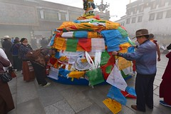 Jokhang, placing Prayer Flags, Tibet 2017 (reurinkjan) Tags: tibetབོད བོད་ལྗོངས། 2017 ༢༠༡༧་ ©janreurink tibetanplateauབོད་མཐོ་སྒང་bötogang tibetautonomousregion tar ütsang lhasa jokhang lhadentsuglakhang jowokhang ཇོ་ཁང་ prayerflagདར་ལྕོགlungta རླུང་རྟ་ manyprayerflagstogetherདར་ཕུང༌darpung prayerflaginthewindདར་ལྕོག་རླུང་བསྐྱོདdarchoklungkyö prayerflagདར་ལྕོགdarchok mountaintopritualwithprayerflagsརི་བསང་རླུང་རྟ།risanglungta fourwindhorsedeitiesfouranimalskhyungbirddragontigerandlionརླུང་རྟ་ལྷ་བཞི།rlungrtalhabzhilungtalabzhi tibetannationalitytibetansབོད་རིགས།bodrigs tibetannationtibetanpeopleབོད་ཀྱི་མི་བརྒྱུདbökyimigyü omahhung om