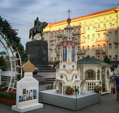 Kitsch à la russe (Tigra K) Tags: moskva moscow russia ru 2016 architecture church city cross dome flower funny horse iphone metal monument painting sculpture sign spire statue tower vine arch