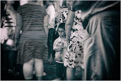 Ob das Glück ihn findet? (fotohama) Tags: tenerife lanoche de los volcanes teneriffa nacht der vulkane puerto cruz santa folklore kanaren canarien hamacher gangelt bw bbw fine art reisen travel schwarz weis nikon x100f fuji personen menschenmenge sport meer sea zeit time tilt shift strasenbilder haare verschwommen baum gedanken erinnerungen photo streetframes hair blurred memories sw foto fotografie street analog photography santelmo ziegen cruzdelcarmen