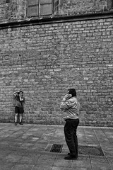 Fotògraf 4b / Fotógrafo / Photographer (Wizard7oz) Tags: barcelona candid city life light nikon d90 people street streetlife streetphoto urban bw blackandwhite white summer architecture stone wall man