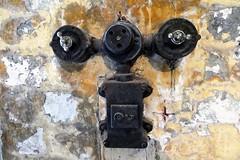 een mooi geheel (roberke) Tags: old oud muur wall elektriciteit stopcontact switches schakelaars antiek detail closeup dichtbij indoor naturallight availablelight