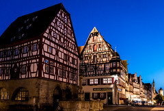 Rothenburg ob der Tauber (Ludo_Jacobs) Tags: blauestunde bluehour rothenburg deutschland germany fachwerkhaus architecture medieval buildings houses town square townscape