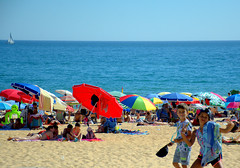 2018-07-24 - Mardi - 205/365 - Minor Intrusion - (Charles Mingus) (Robert - Photo du jour) Tags: 2018 juillet portugal plage surpopulation parasols enfants minorintrusion charlesmingus monde mer sable soleil