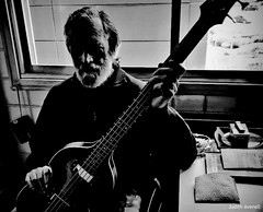 Estudio (Franco D´Albao) Tags: francodalbao dalbao huaweip8lite2017 music fran músico musician bajo bass bn bw hobby instrumento instrument retrato portrait