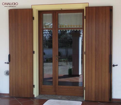 Portafinestra in legno con scuri esterni con serratura sicurezza