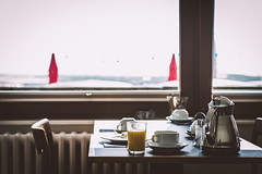 Frühstück (TS_1000) Tags: helgoland rooadweeter insel nordsee küste hochseeinsel frühstück breakfast leica m m240 summarit 75mm kaffee orangensaft brötchen earlybird wochenende hotel pension
