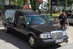 "Leichenwagen • <a style=""font-size:0.8em;"" href=""http://www.flickr.com/photos/78549112@N08/43245334762/"" target=""_blank"">View on Flickr</a>"