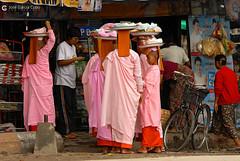 11-10-03 Myanmar (809) R01 (Nikobo3) Tags: asia myanmar burma birmania mandalay culturas color people gentes portraits retratos monjes monks social travel viajes nikon nikond200 d200 nikon7020028vrii nikobo joségarcíacobo