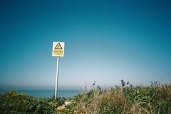 Botany Bay (cranjam) Tags: ricoh gr1 gr1v film kodak portra160 uk margate kent england beach spiaggia mare sea botanybay bay baia cliff scogliera sign cartello caution attenzione
