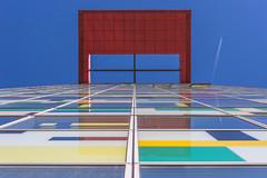 Red Goal (ARTUS8) Tags: flickr pattern color flugzeug farbe fassade nikon28300mmf3556 fenster spiegelung muster lookingup linien modernearchitektur nikond800 colour