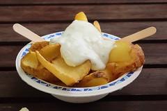 Kartoffelchips mit Remoulade (multipel_bleiben) Tags: essen gastronomie frittiertes kartoffeln dip