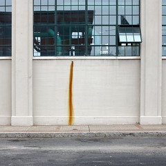 Weg des größten Widerstands / The Path of Most Resistance (bartholmy) Tags: hartford ct sheldon charteroak colt factory maschinenhalle engineroom fenster window geklappt leaning rost rust wand wall rohr pipe spiegelung reflection gehweg sidewalk kerb curb strase street minimal minimalism minimalismus minimalistisch abstrakt abstract