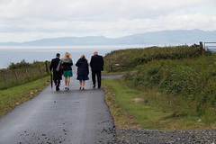 Little stroll to the sea... (Gisou68Fr) Tags: scotland ecosse wedding mariage kilberry kilt personnes people road sea mer route chemin grass herbe pré meadow barrière clôture fence sky